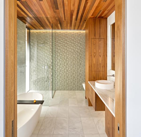 Diseño-de-cuarto-de-baño-con-aplicaciones-de-madera